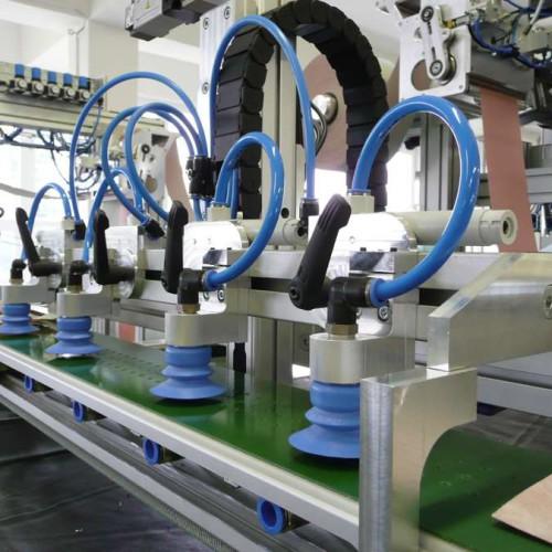 Firma dokončuje montáž elektro výzbroje a rozvodu pneumatiky na lince KLM II a stroj se začíná oživovat.