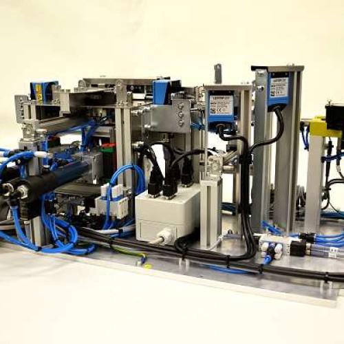 Bylo provedeno odladění přípravků pro automatickou montáž komponentů a přípravky jsou připraveny na předání zákazníkovi