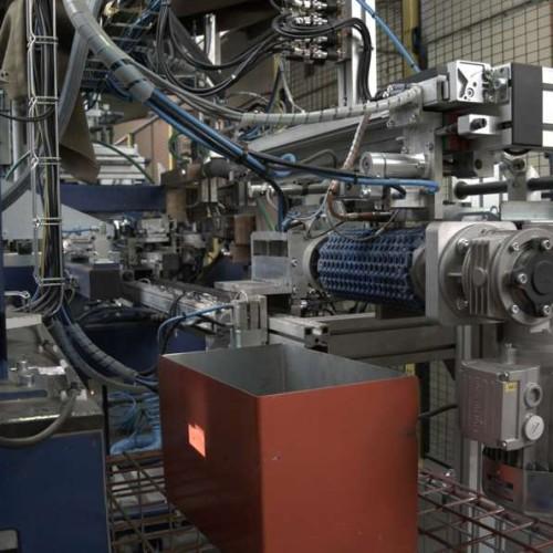 Firma dokončuje oživování stroje pro přivařování matic a šroubu na dané výlisky